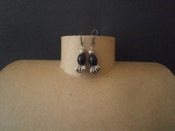Boucles d'oreilles noires et métal vieilli